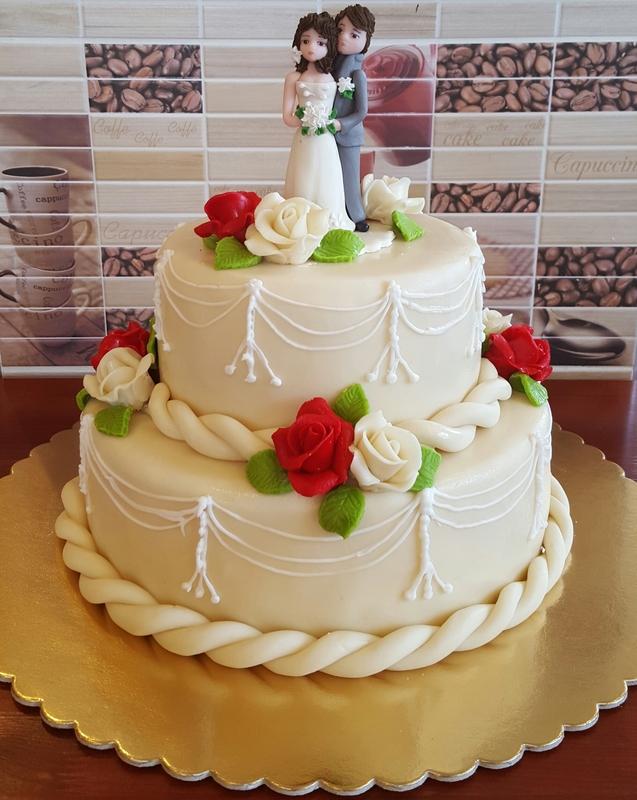 emeletes esküvői torta Két emeletes esküvői torta marcipán rózsákkal   Látványcukrászat  emeletes esküvői torta