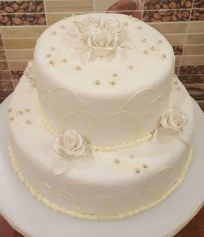 emeletes esküvői torta Két emeletes hófehér esküvői torta   Látványcukrászat  emeletes esküvői torta